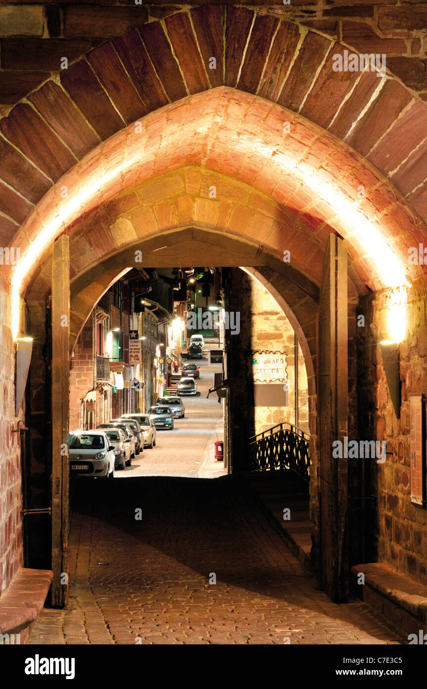 France, St. James Way: Medieval town gate Notre Dames in St. Jean-Pied-de-Port by night - Stock Image