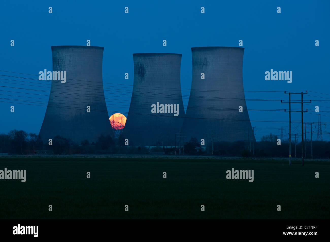 Super Moon, Moon rise behind Didcot Power Station and its cooling towers at dusk, Didcot, Oxfordshire - Stock Image