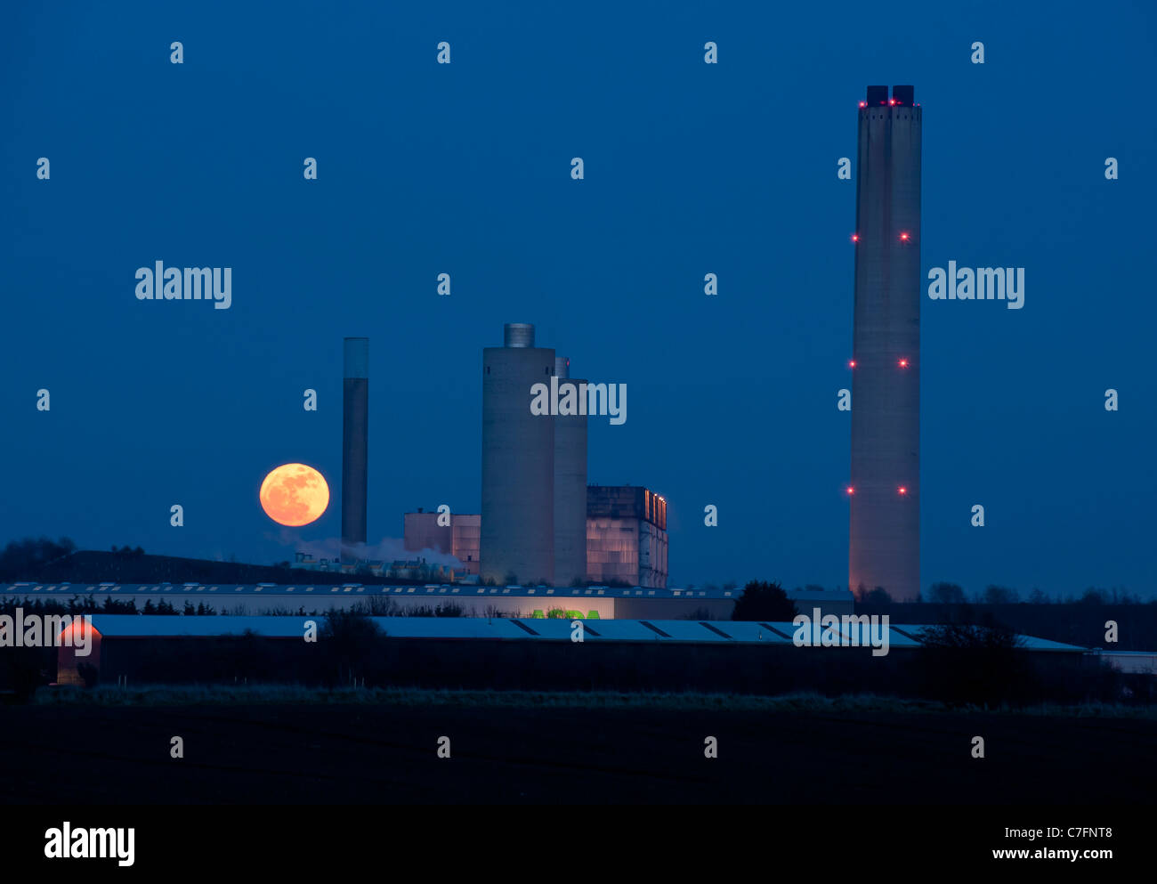 Super Moon, Moon rise behind Didcot Power Station at dusk, Didcot, Oxfordshire - Stock Image
