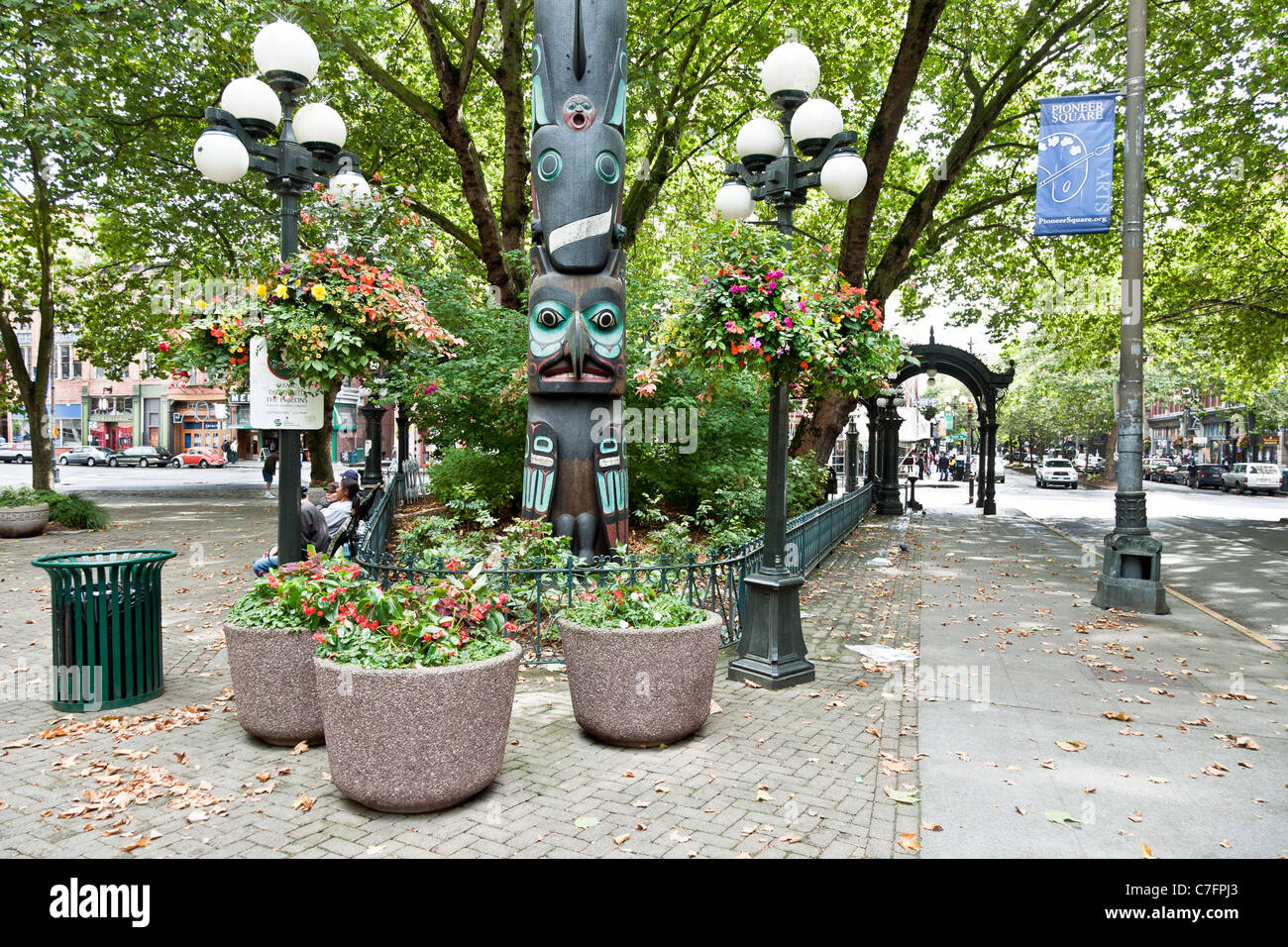 west side Pioneer Square reproduction lamp posts modern Tlingit totem pole  hanging flower baskets distant cast - Iron Pergola Stock Photos & Iron Pergola Stock Images - Alamy
