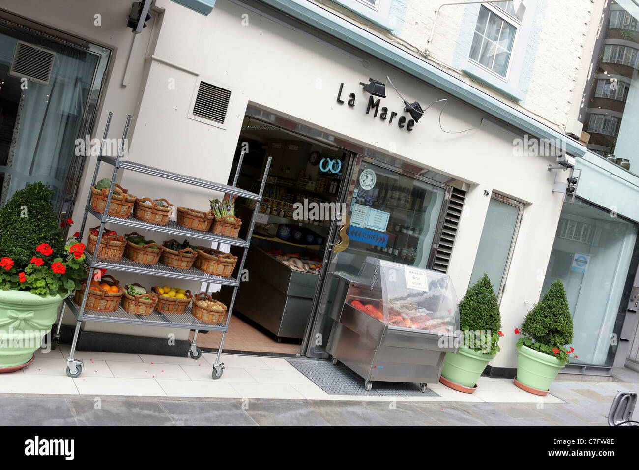 LA MAREE SEAFOOD, seafood retail outlet situated in Sloane Avenue in Chelsea viewed here at an extreme angled aspect. - Stock Image