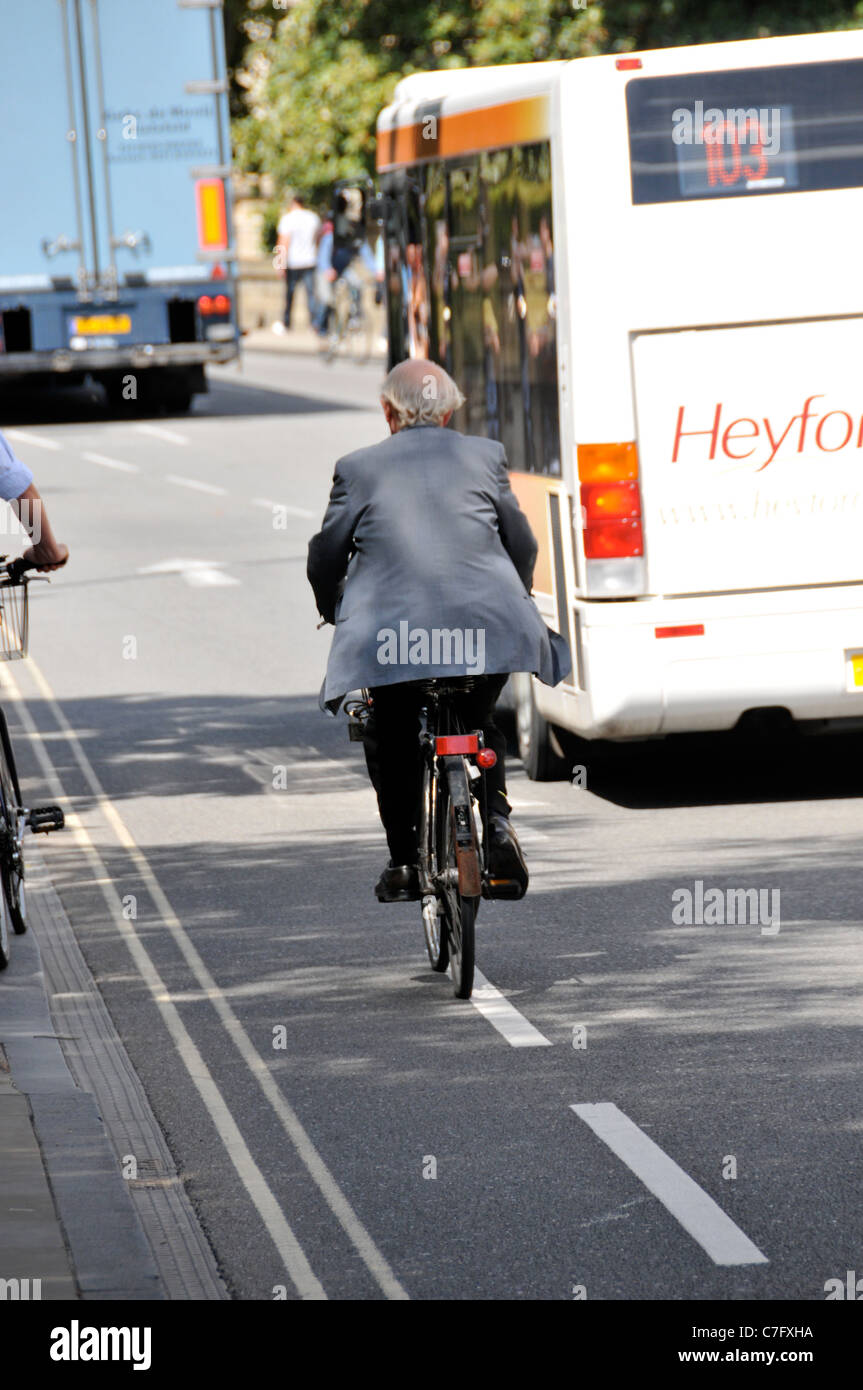 Old man cycling cycle lane Oxford City University Town Historic Education Colleges learning culture Higher Education - Stock Image