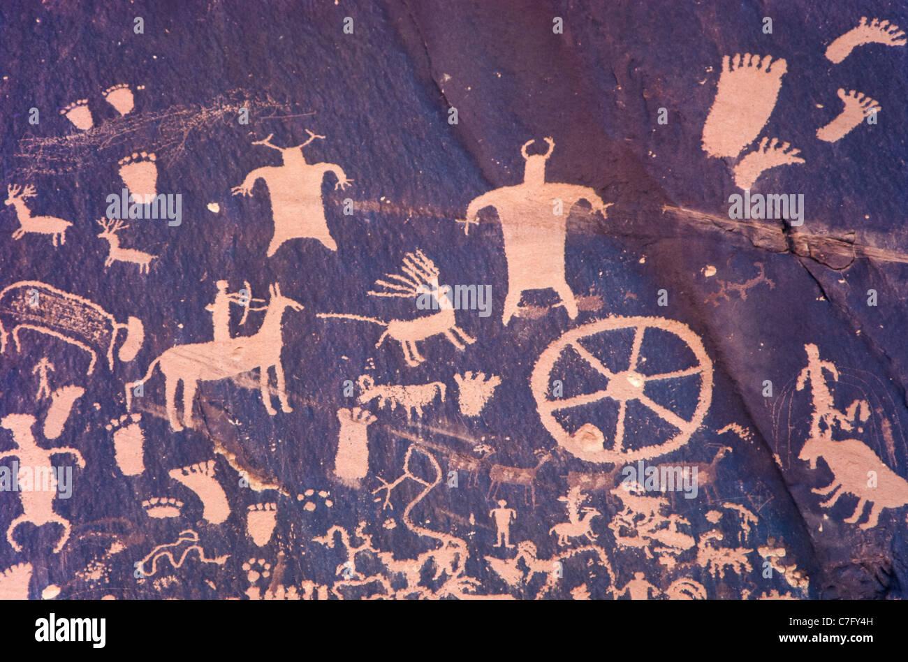 Ancient Indian rock paintings at Newspaper Rock, Indian Creek in Utah, USA - Stock Image