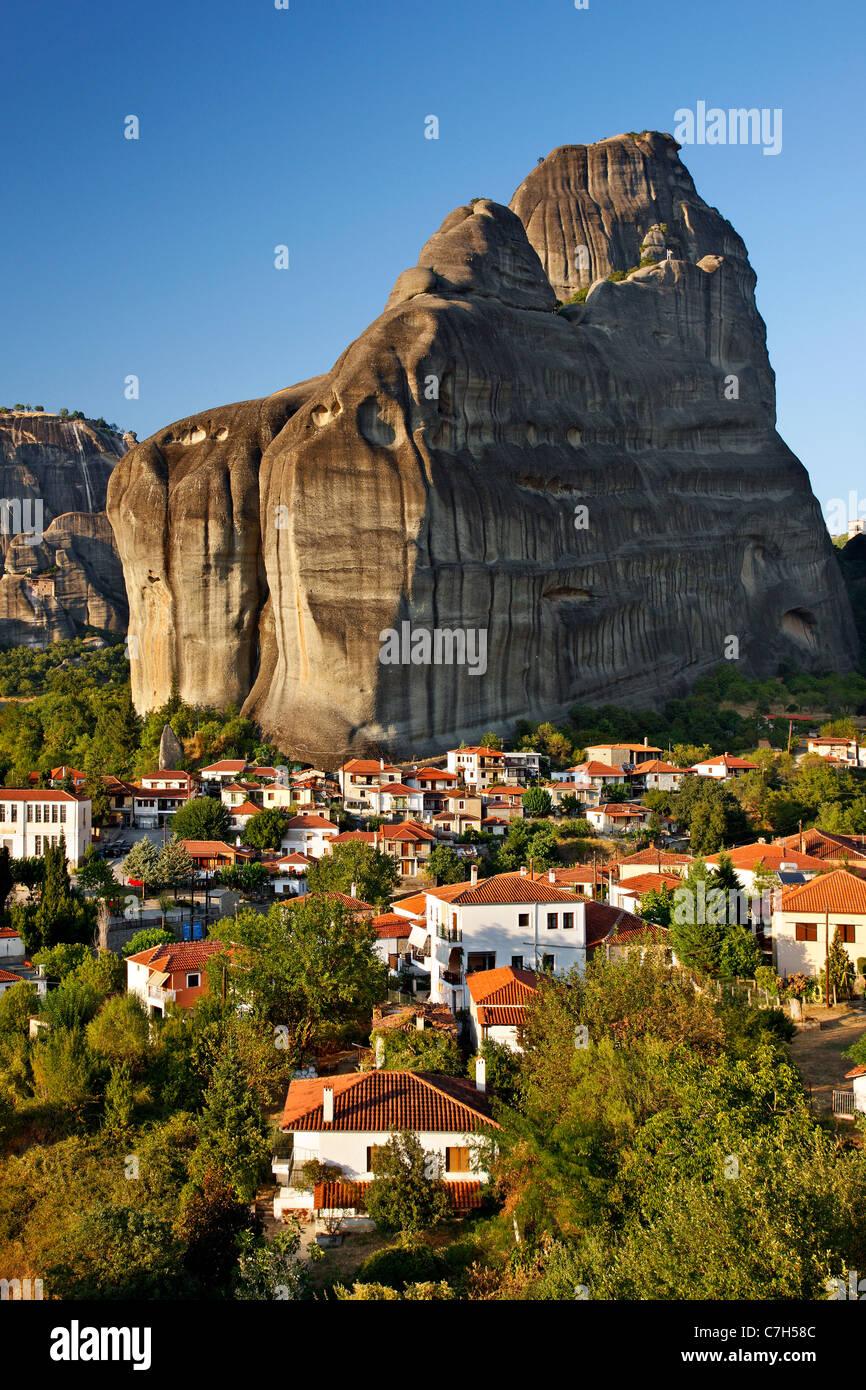 Kastraki village in the 'shadow' of the rocks of Meteora.  Trikala, Greece - Stock Image