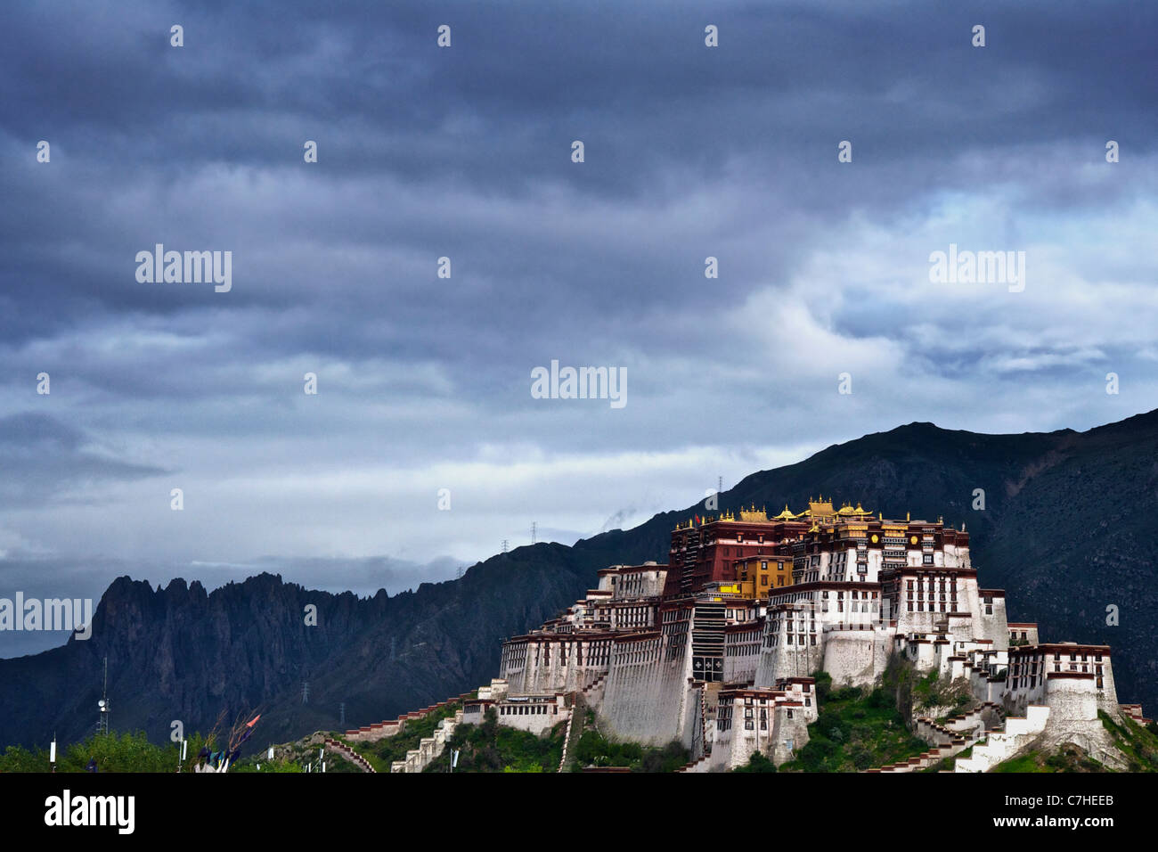 Potala Palace and cliffs - Stock Image