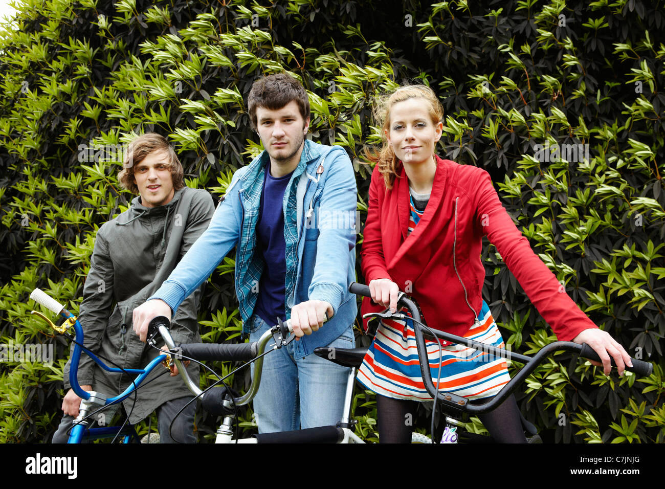 Teenagers with bicycles in park - Stock Image
