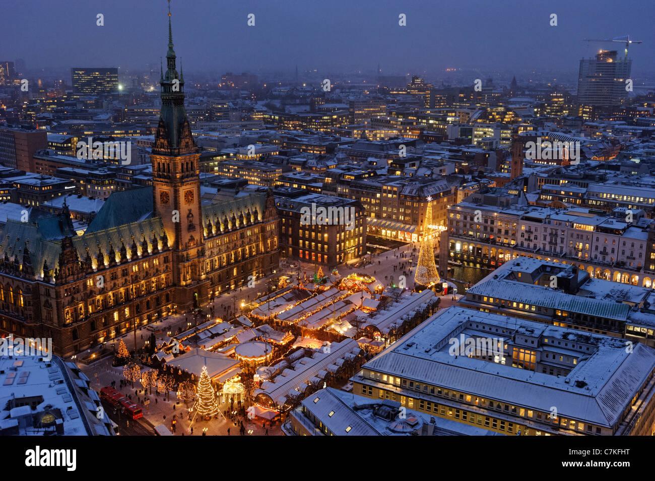 Traditional Hamburg Christmas Market, Rathausmarkt square, Town Hall, snow, city, Hamburg, Germany, Europe - Stock Image