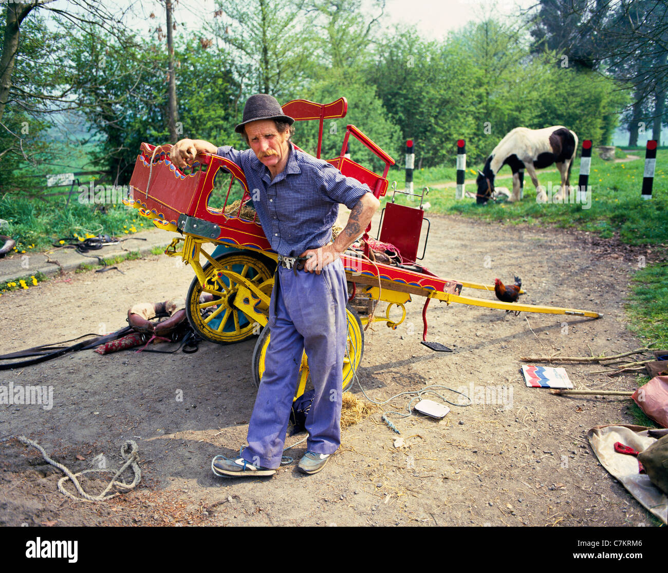 A traditional travelling gipsy with a traditional painted hand cart camped near the Cotswold village of Bourton - Stock Image