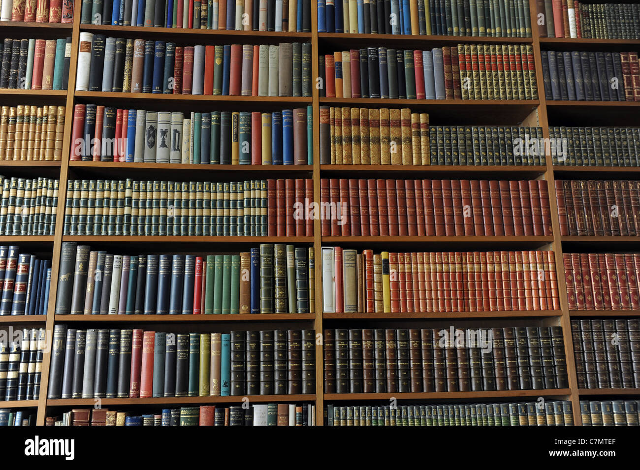 Library books on shelves uk - Stock Image