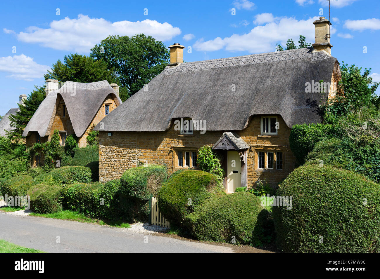 Thatched cottages in the Cotswold village of Great Tew, Oxfordshire, England, UK - Stock Image