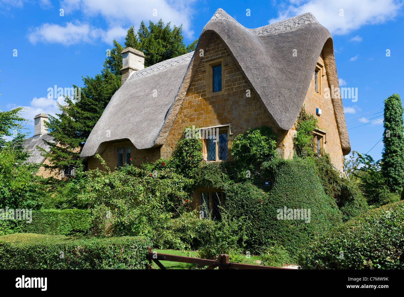 Thatched cottage in the Cotswold village of Great Tew, Oxfordshire, England, UK - Stock Image