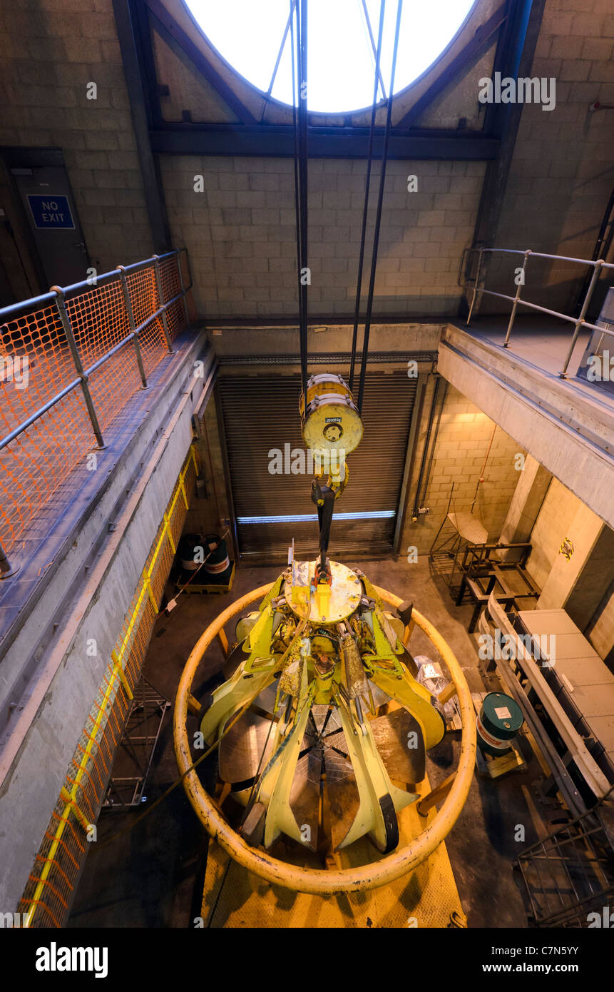 Crane claw - SELCHP Energy Recovery Facility - New Cross, London - Stock Image