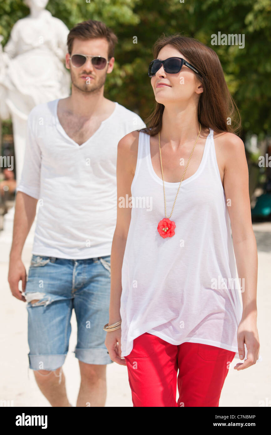 Couple walking, Jardin des Tuileries, Paris, Ile-de-France, France - Stock Image