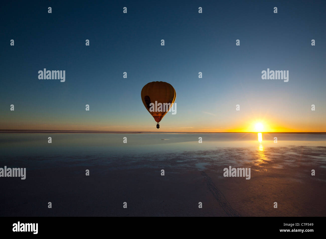 Hot air balloon flying low over Lake Eyre South, Australia - Stock Image