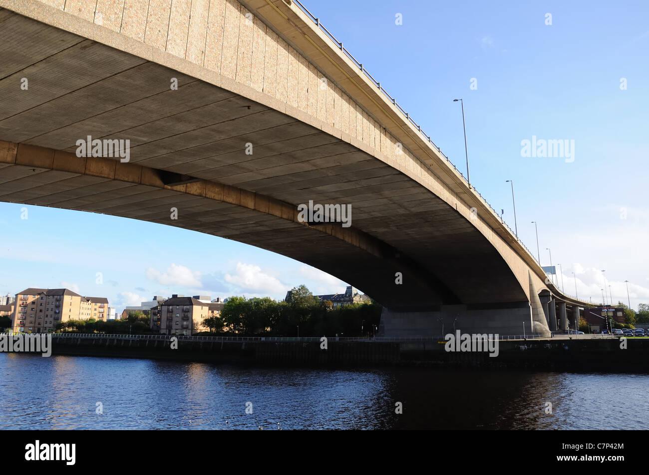 Looking up to the span of the Kingston Bridge, M8 motorway, Glasgow, UK, Europe - Stock Image