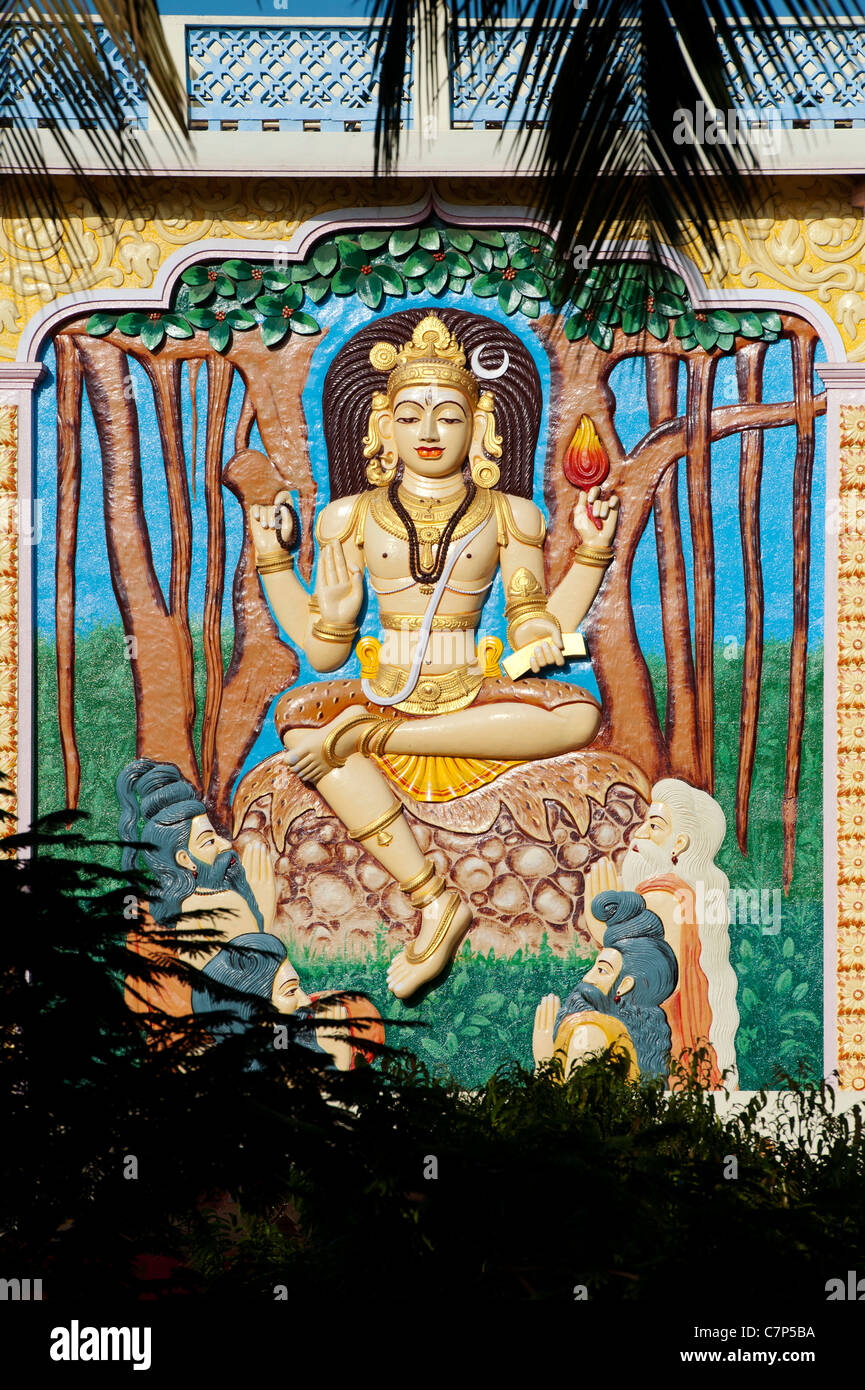 Indian shiva relief statue on university building, Puttaparthi, Andhra Pradesh, India - Stock Image