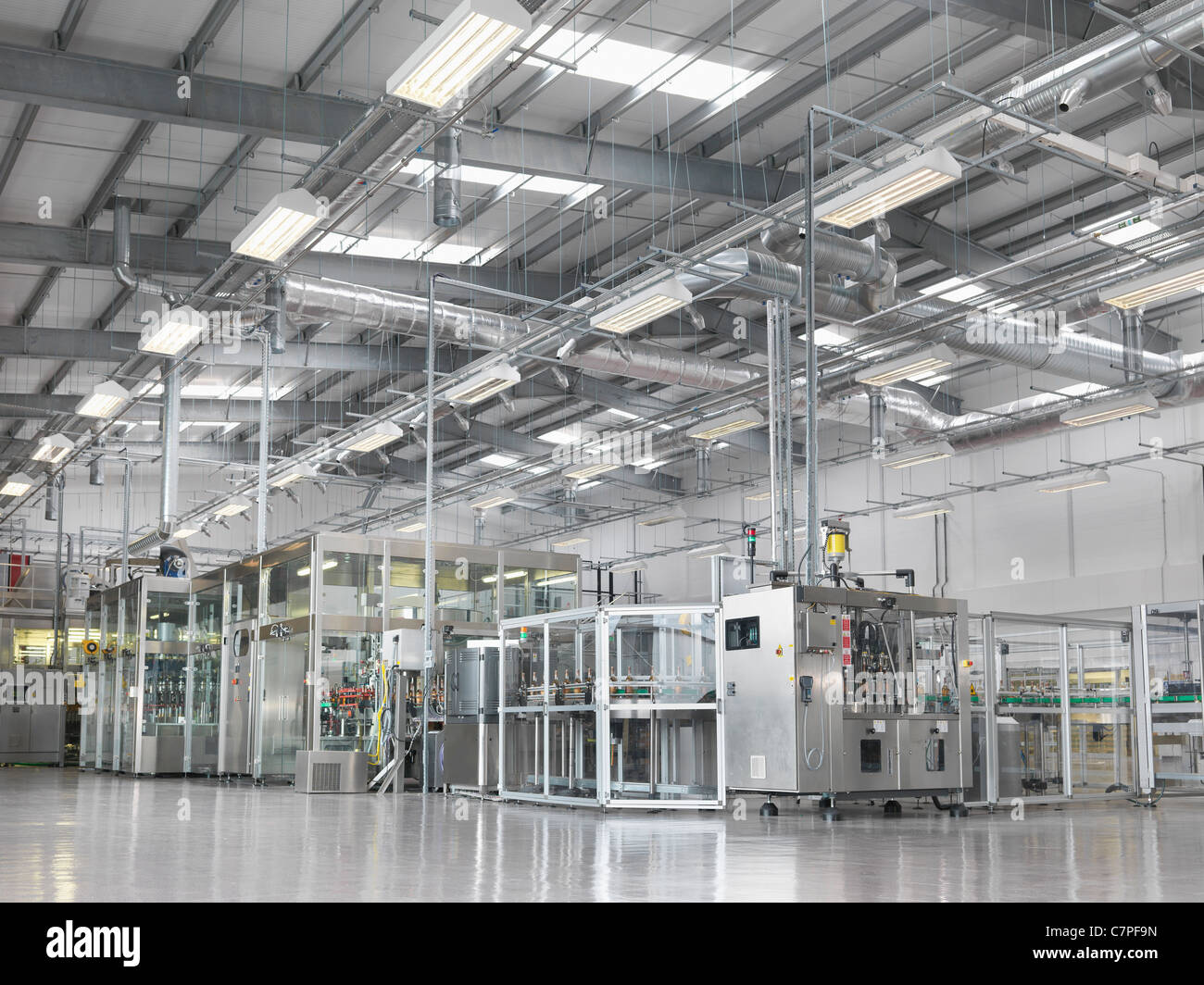 Bottling machinery in plant - Stock Image