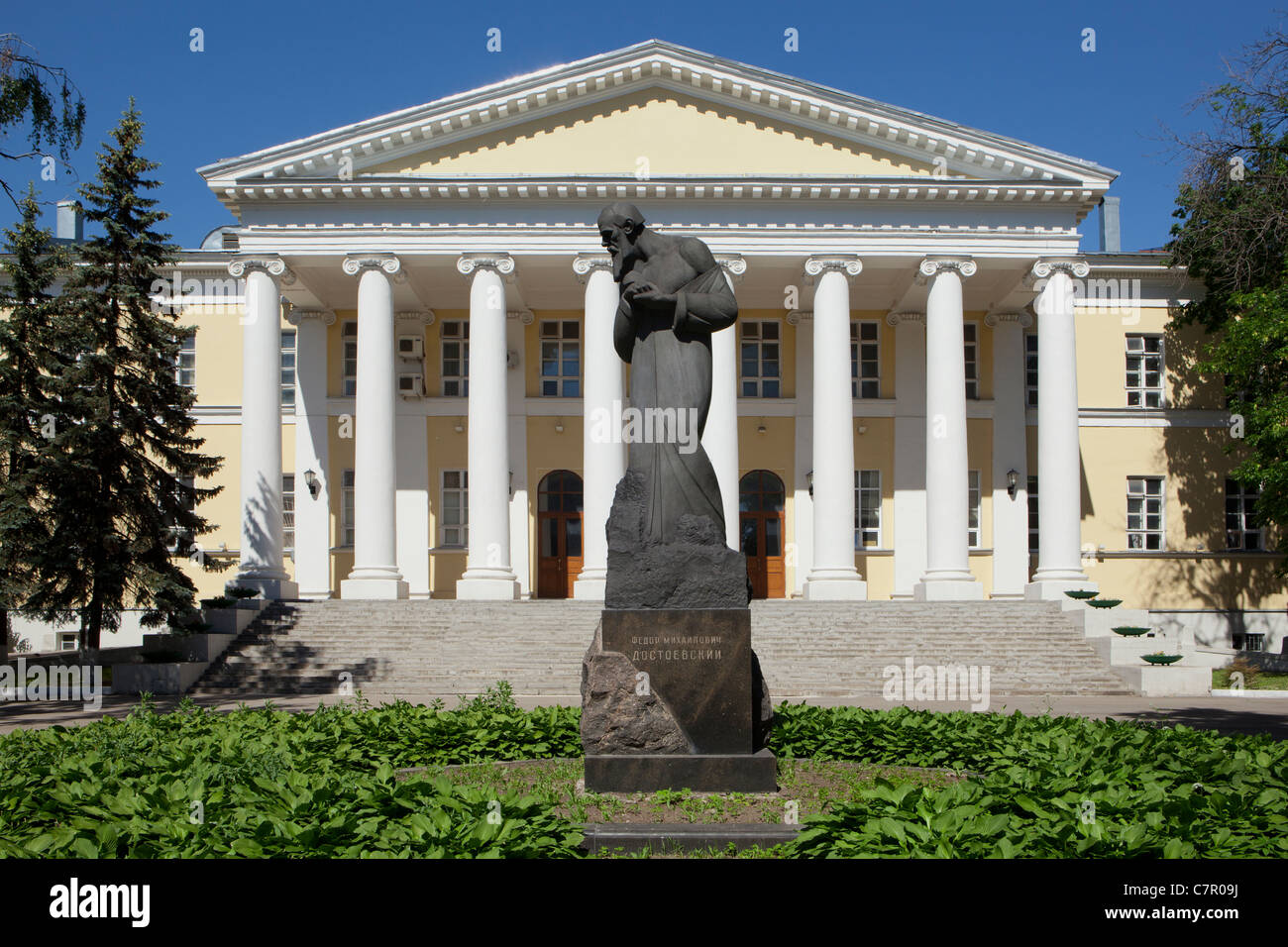 Monument to the Russian writer Fyodor Dostoyevsky (1821-1881) outside Mariinsky Hospital where he was born in Moscow, - Stock Image