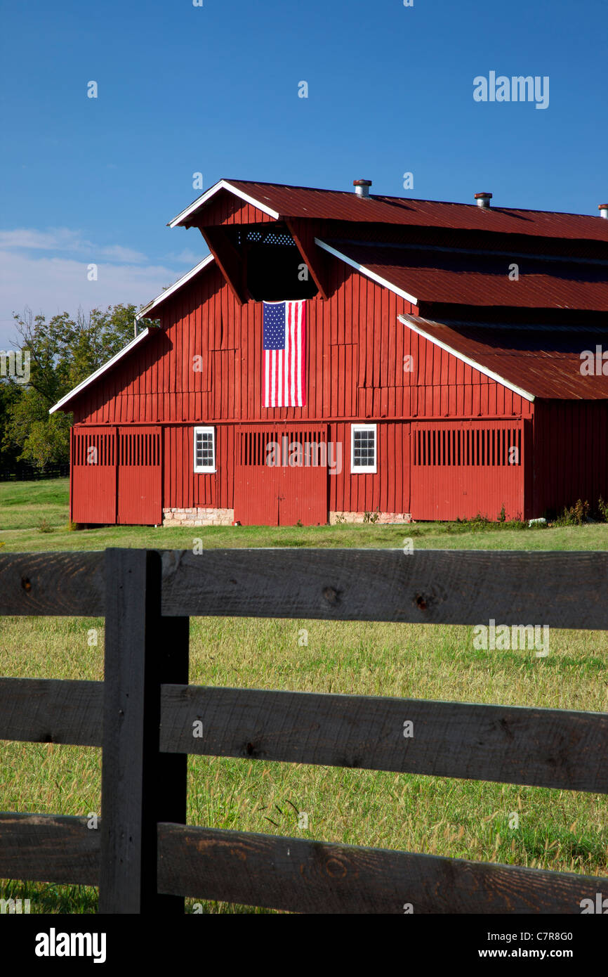 Red barn with American flag near Franklin Tennessee - Stock Image