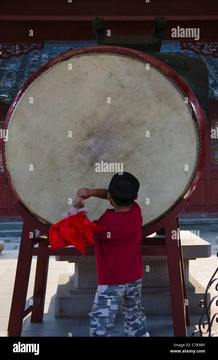 Boy beating the drum in Confucius Temple, Nanjing, Jiangsu Province, China - Stock Image