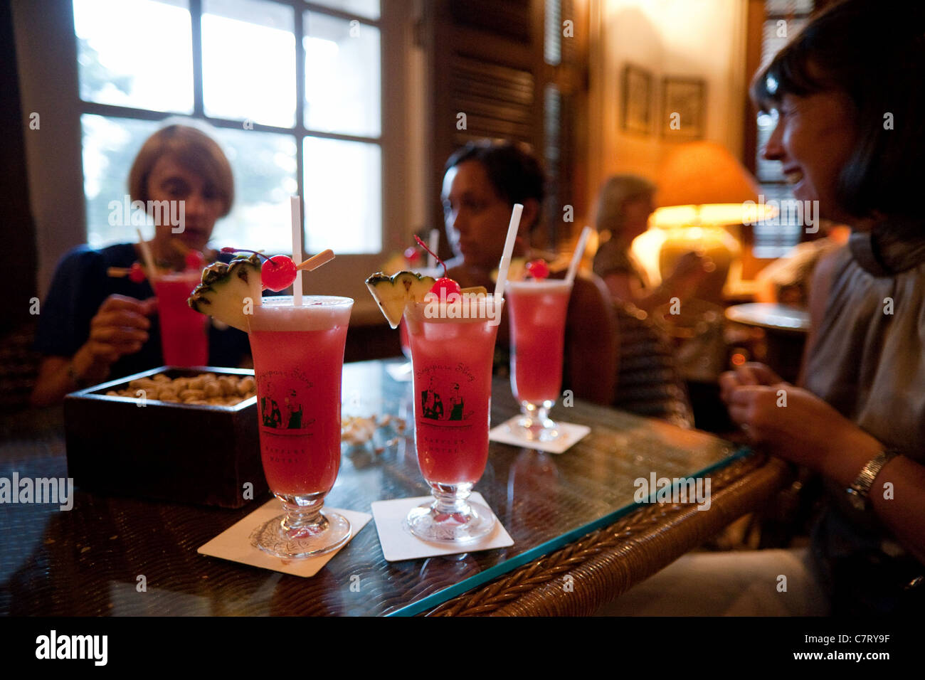 People Drinking Singapore Slings The Long Bar Raffles Hotel Stock Photo Alamy