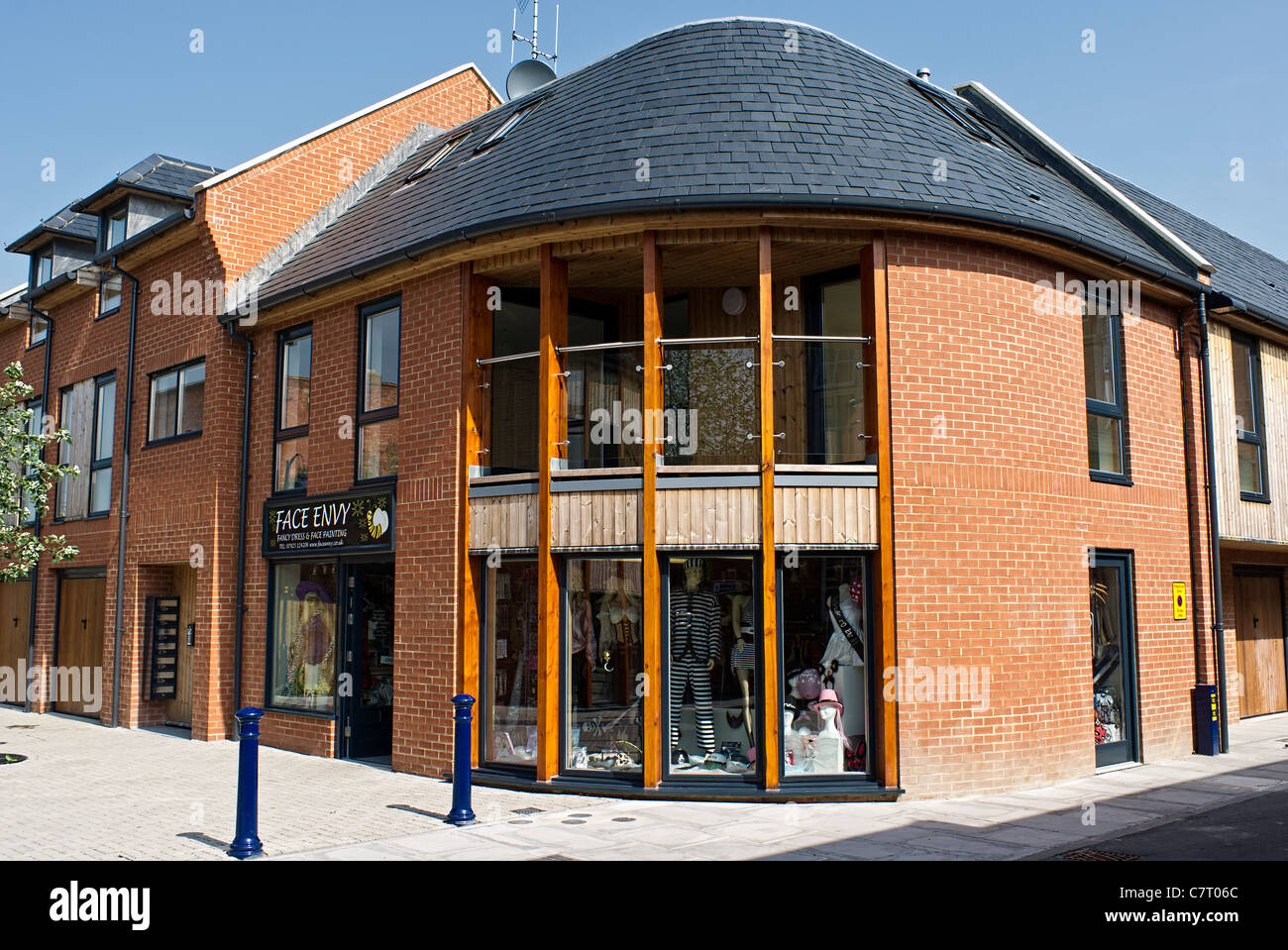 New red brick multi-purpose building for shops and domestic accommodation - Stock Image