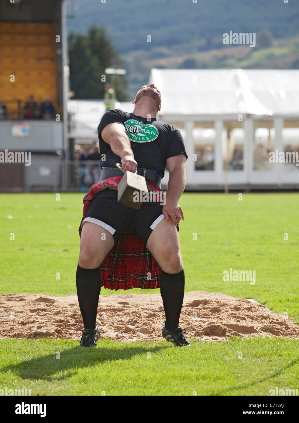 Gregor Edmunds, heavyweight athlete and strong man, throwing the weight for height at Cowal Highland Gathering, - Stock Image