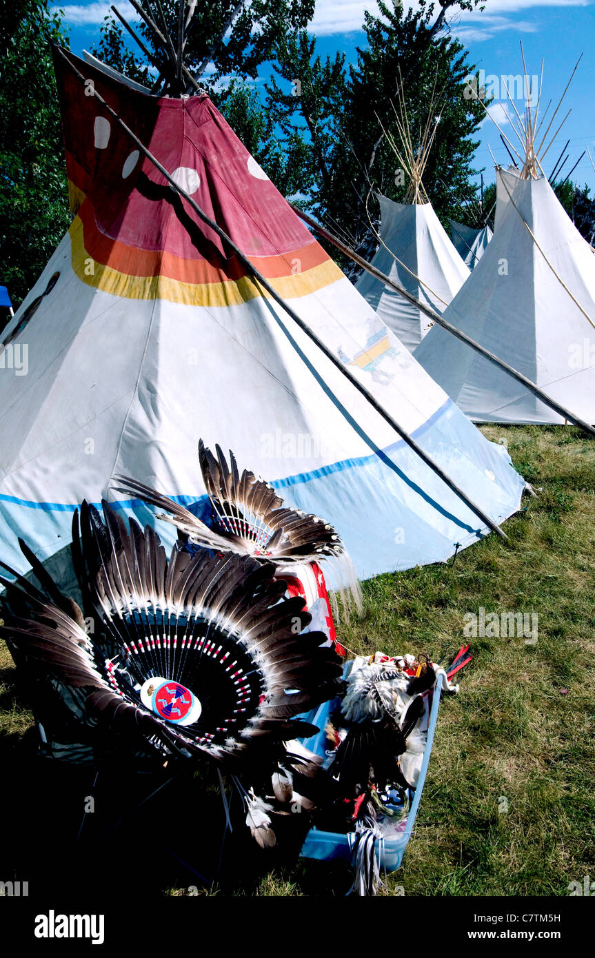 Nez Perce Indian tepee and feathered headdress at traditional Indian dance during Chief Joseph Days; Joseph; Oregon - Stock Image
