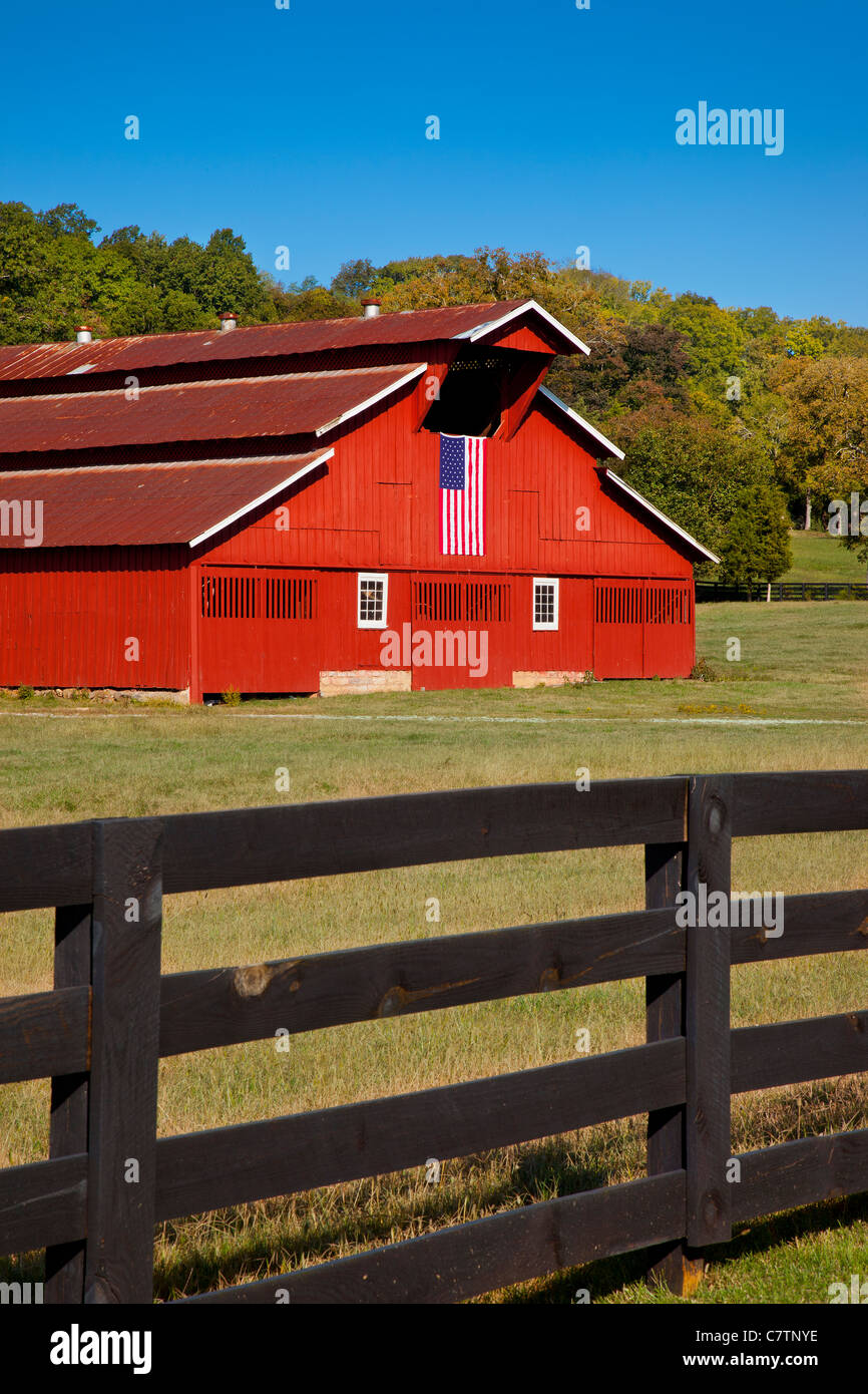 Red barn with American flag near Franklin Tennessee USA - Stock Image