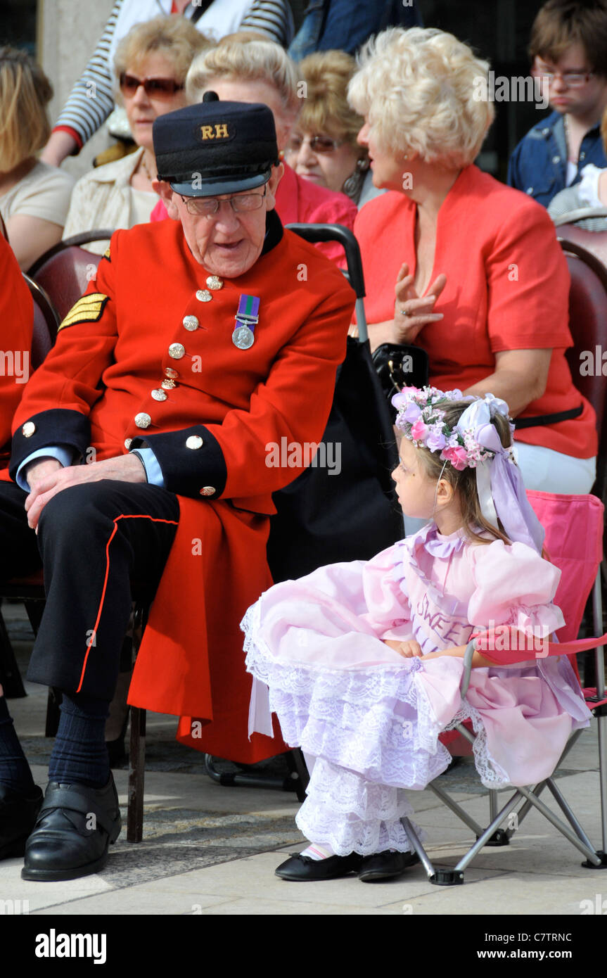 Chelsea Pensioner and little girl talking Pearly Kings and Queens Guildhall Harvest Festival 2011 - Stock Image