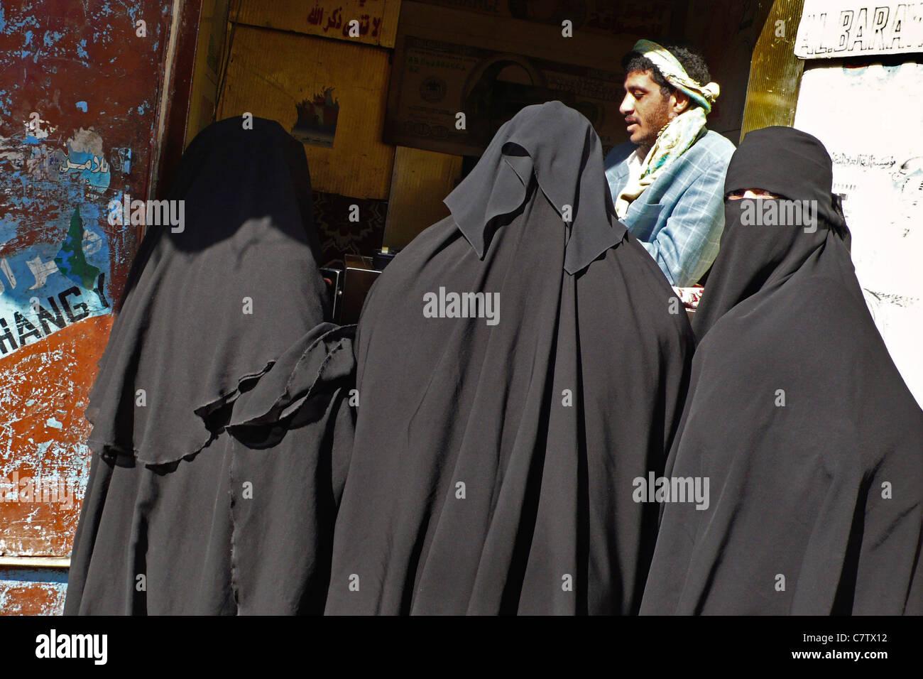 Yemen, Sanaa, veiled women at market - Stock Image