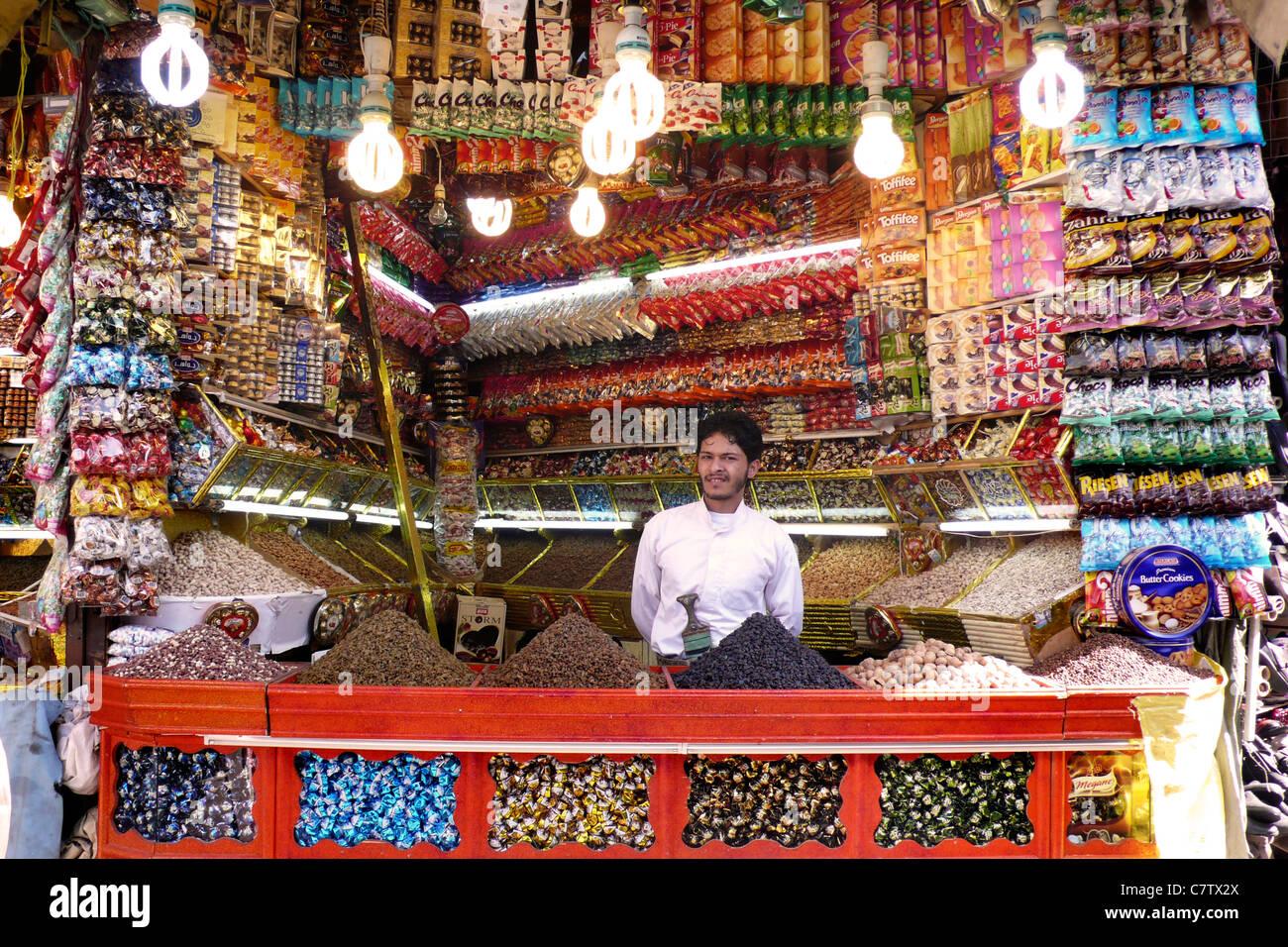 Yemen, Sanaa, greengrocer in souk - Stock Image