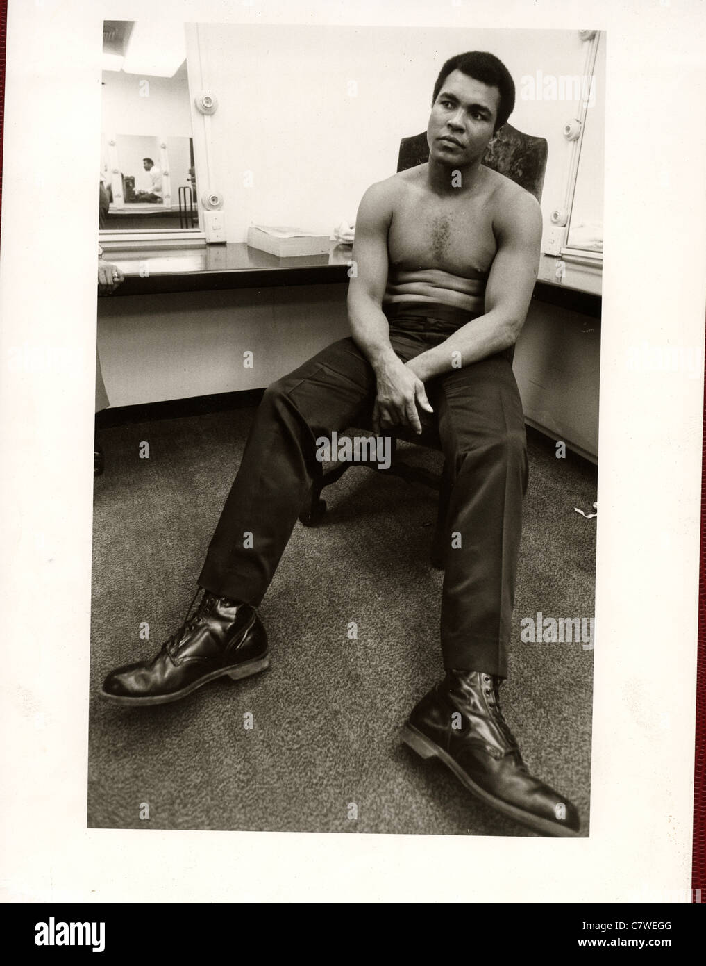 Former World heavyweight boxing champion Mohammed Ali in his dressing room ibefore the 'Thrilla in Manila' - Stock Image