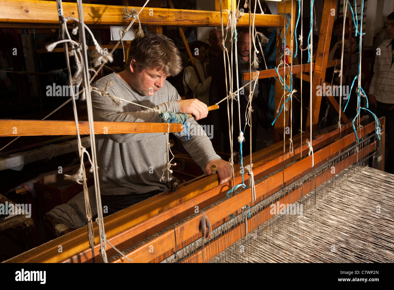 Ireland, Co Wicklow, Avoca Handweavers Mill, weaver weaving cloth on traditional fly shuttle hand loom - Stock Image
