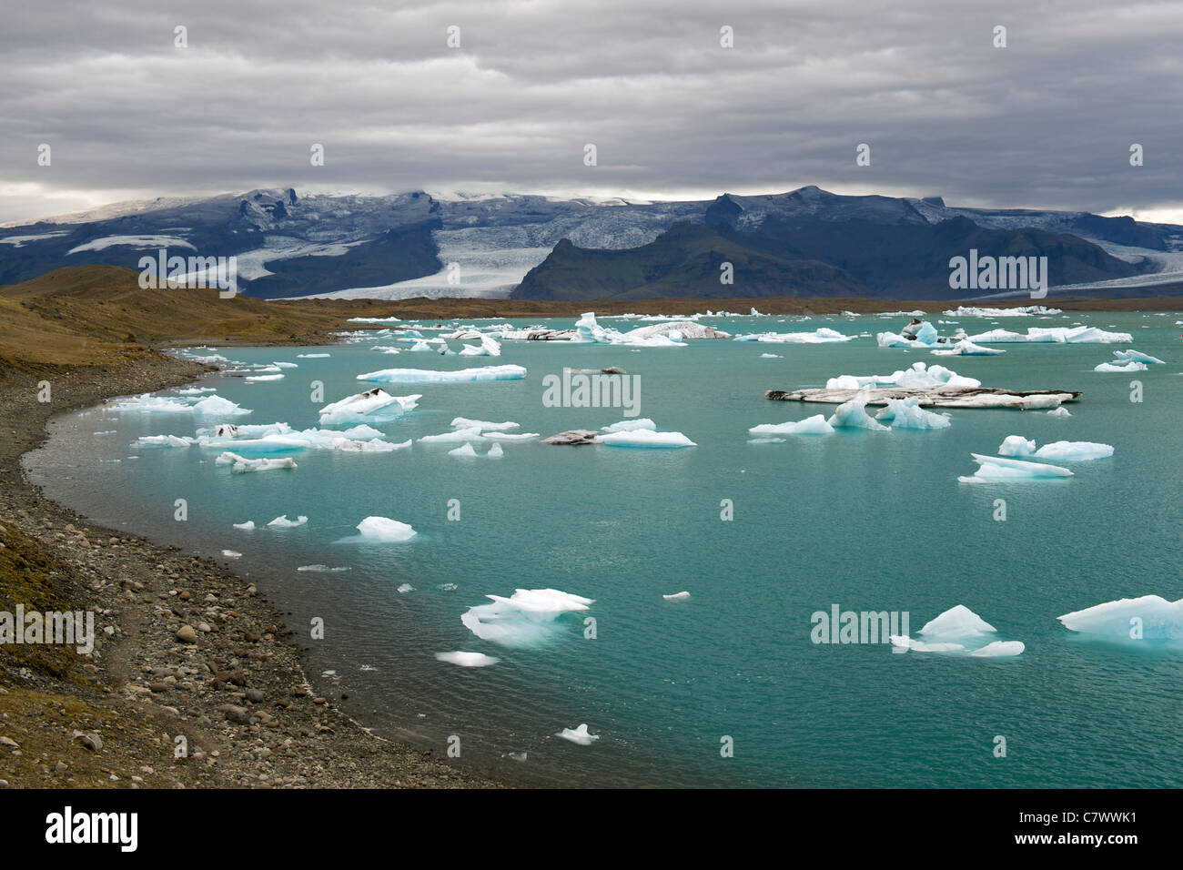 Icebergs floating in the Jokullsarlon lake at the foot of the massive Vatnajokull glacier in southeast Iceland. - Stock Image