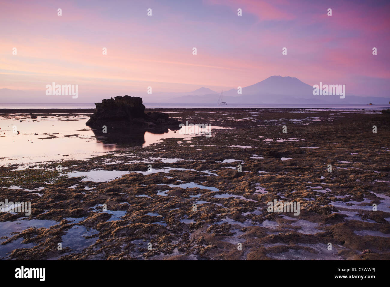 Mushroom Bay at sunset with Mount Agung in the background, Nusa Lembongan, Bali, Indonesia - Stock Image