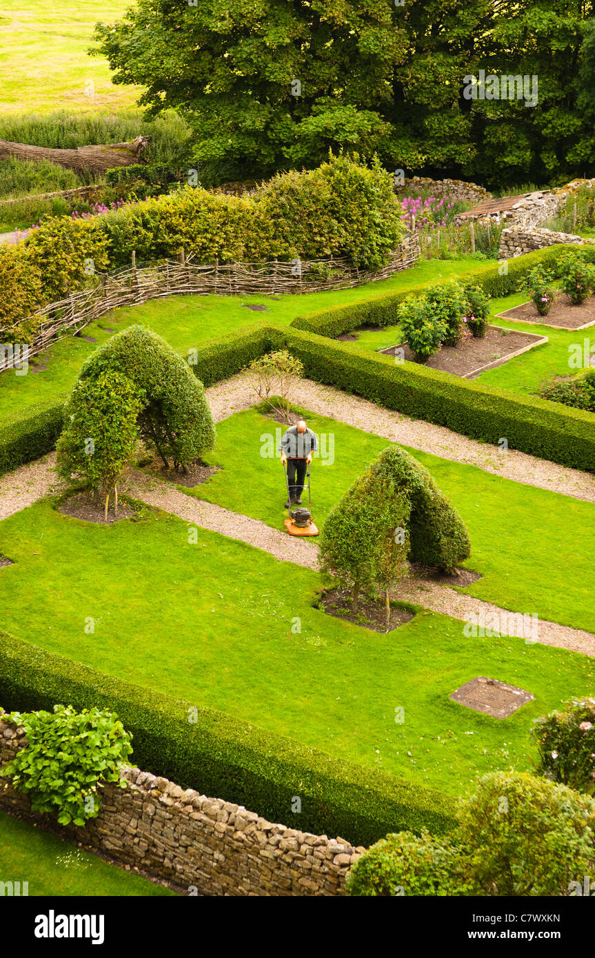 A gardener at Bolton Castle near Leyburn in North Yorkshire , England , Britain , Uk - Stock Image
