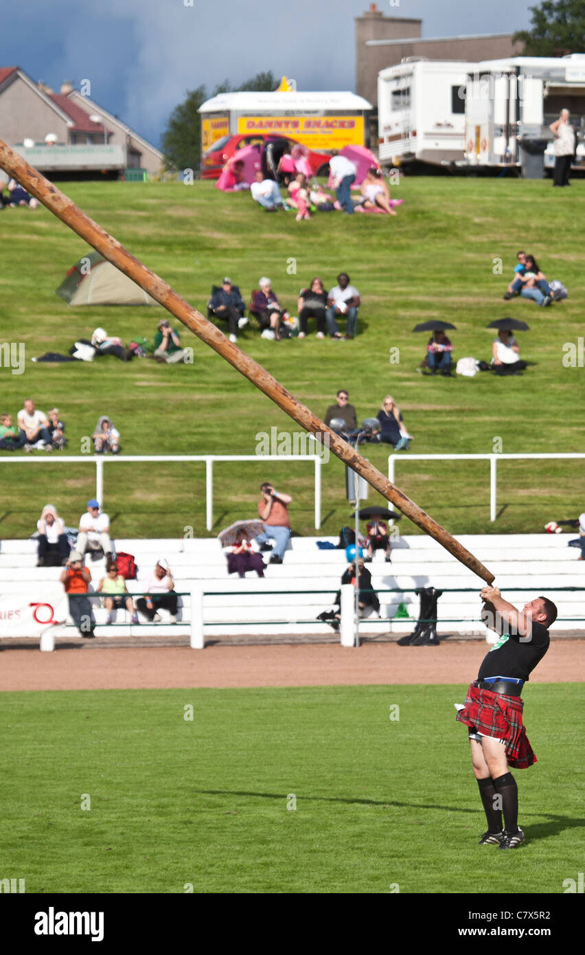 Gregor Edmunds, heavyweight athlete, tossing the caber at Cowal Highland Gathering, 2011 - Stock Image