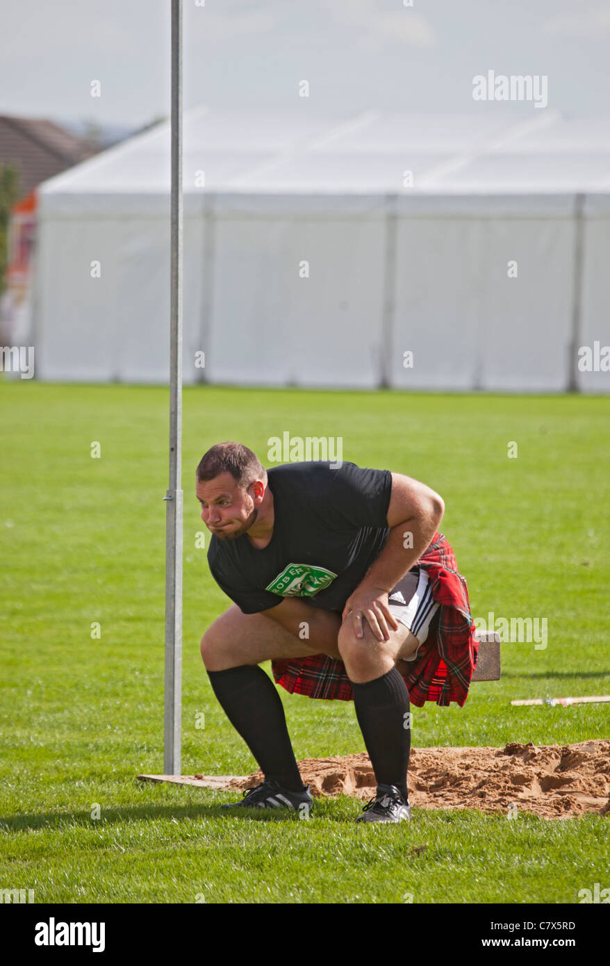 Gregor Edmunds, 'heavy' athlete, throwing the 56lb weight for height at Cowal Highland Gathering, 2011. - Stock Image