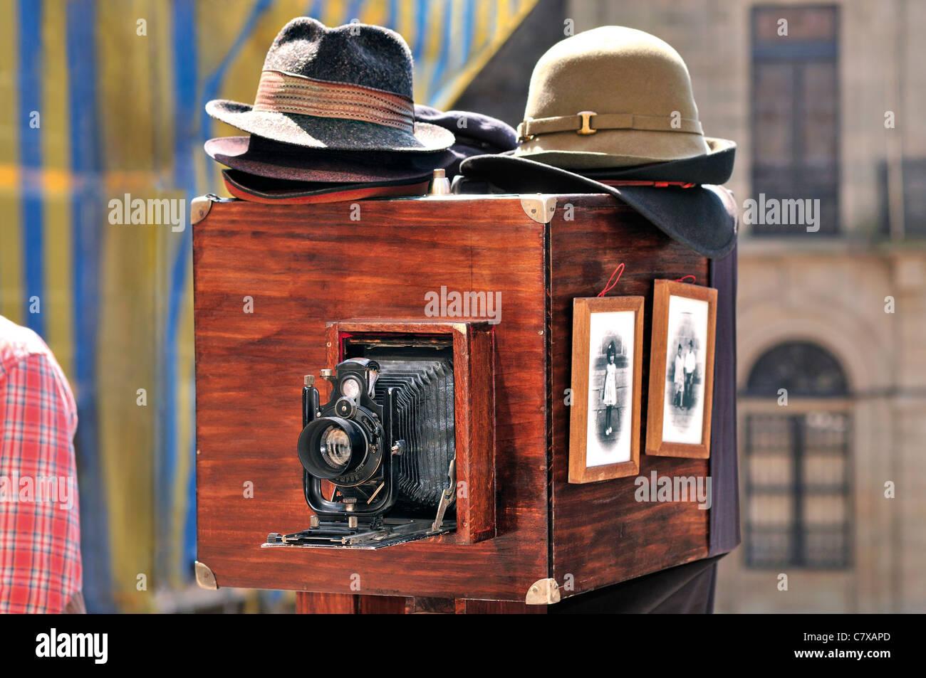 Spain, Santiago de Compostela: Nostalgic analog camera in front of the cathedral of Santiago de Compostela - Stock Image