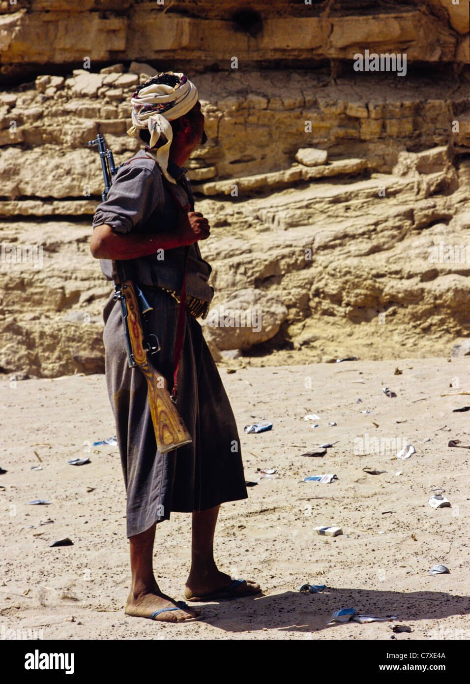Yemeni man carrying a rifle over his shoulder near the ancient city of Marib, Yemen - Stock Image