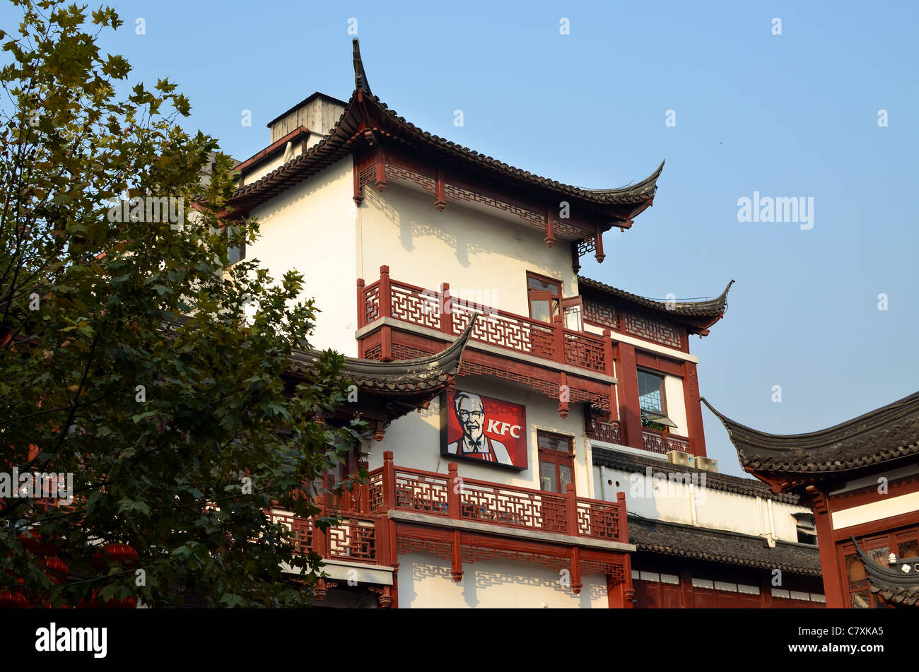 An advertising board for KFC is in contrast to the traditional Chinese architecture at Yuyuan Gardens. - Stock Image
