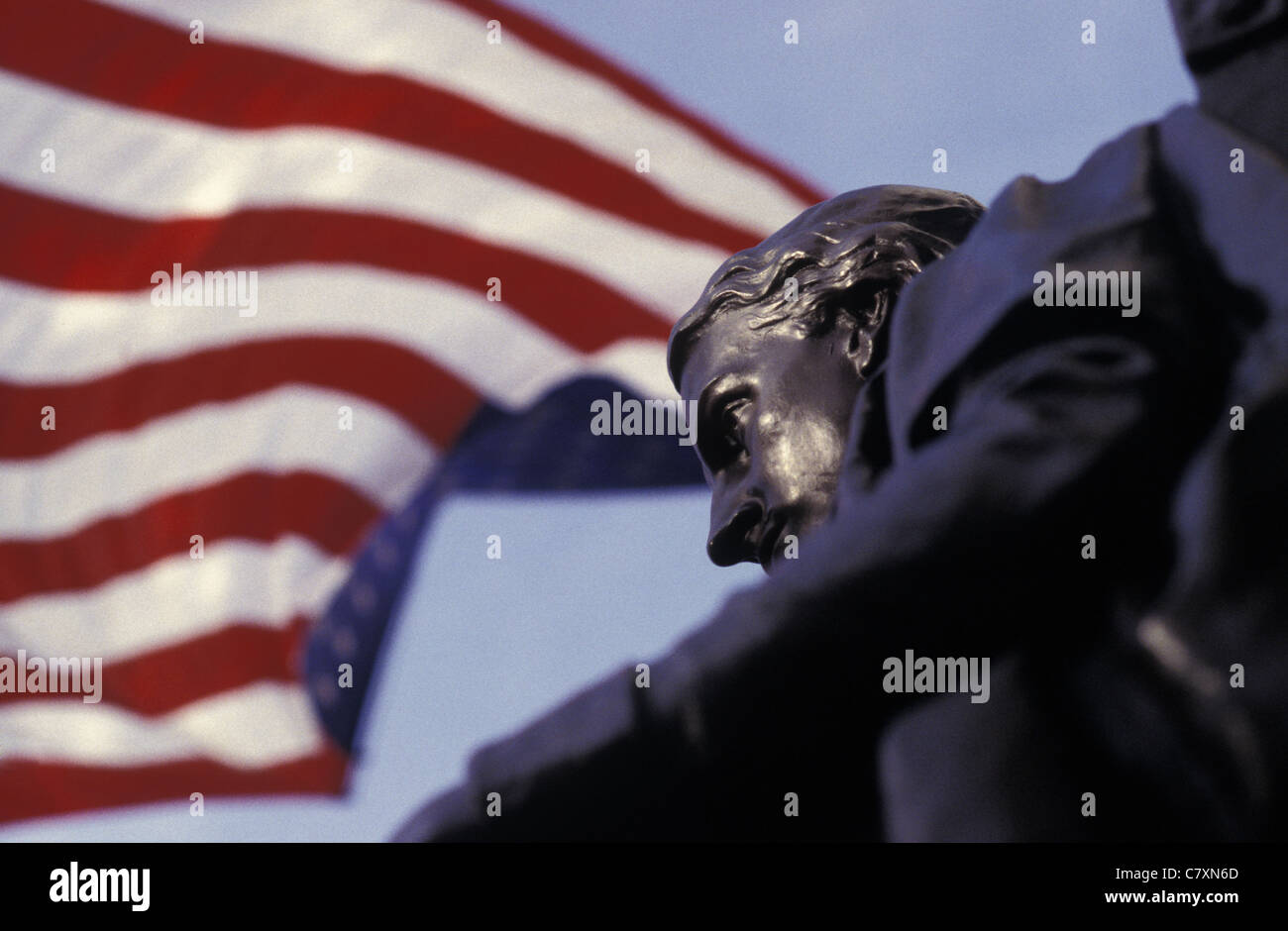 USA, Massachussetts, Cambridge: close up on statue and american flag at Harvard University - Stock Image