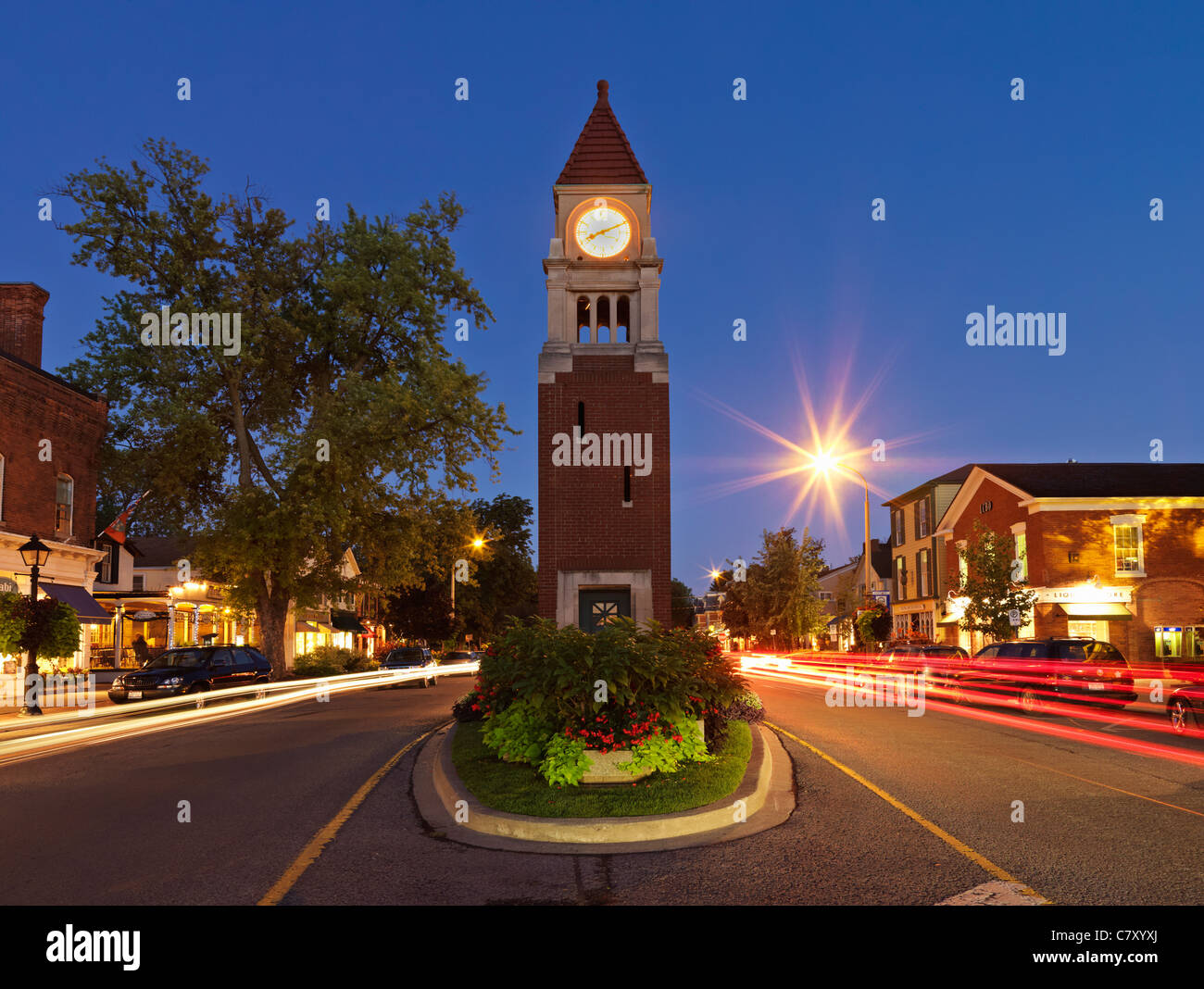 Canada,Ontario,Niagara-on-the-Lake, the clock tower (cenotaph) on Queen Street at dusk - Stock Image