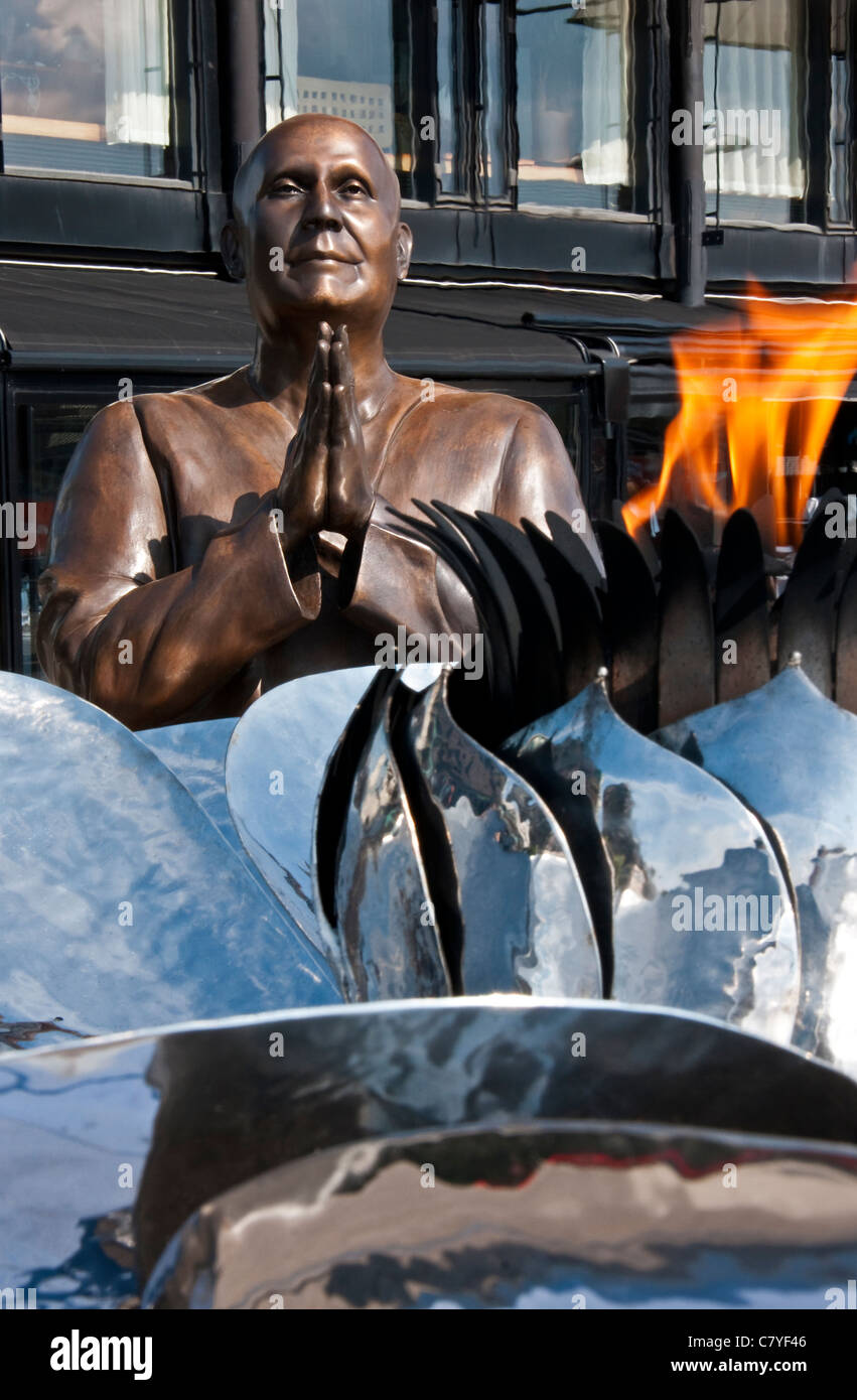 Statue of Sri Chinmoy with The Eternal Peace Flame at Aker Brygge Harbor in Oslo - Stock Image