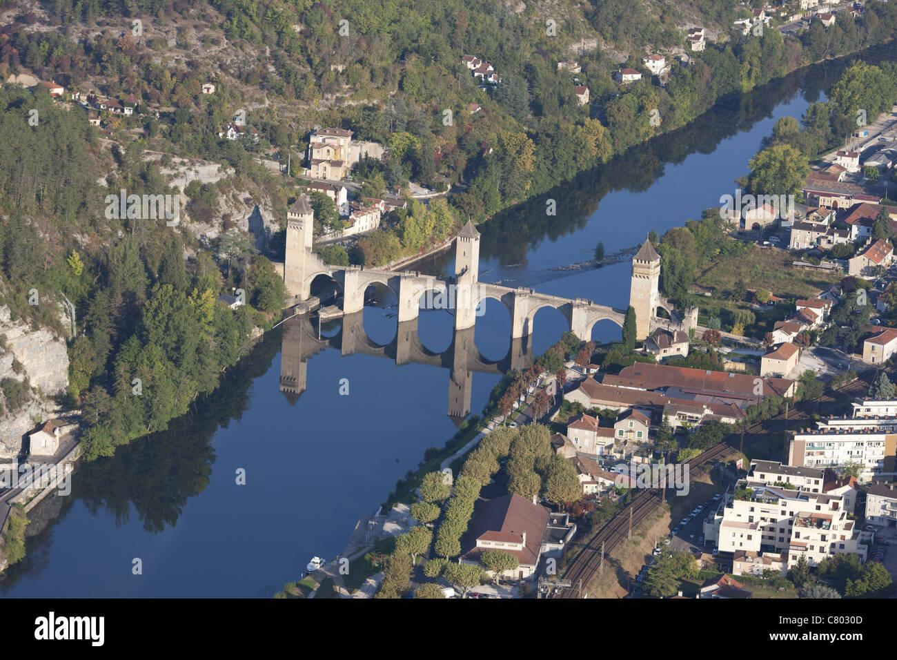 FORTIFIED STONE ARCH BRIDGE (aerial view). 14th century Valentré bridge spanning the Lot River. Dorgogne, Midi-Pyrénées, Stock Photo