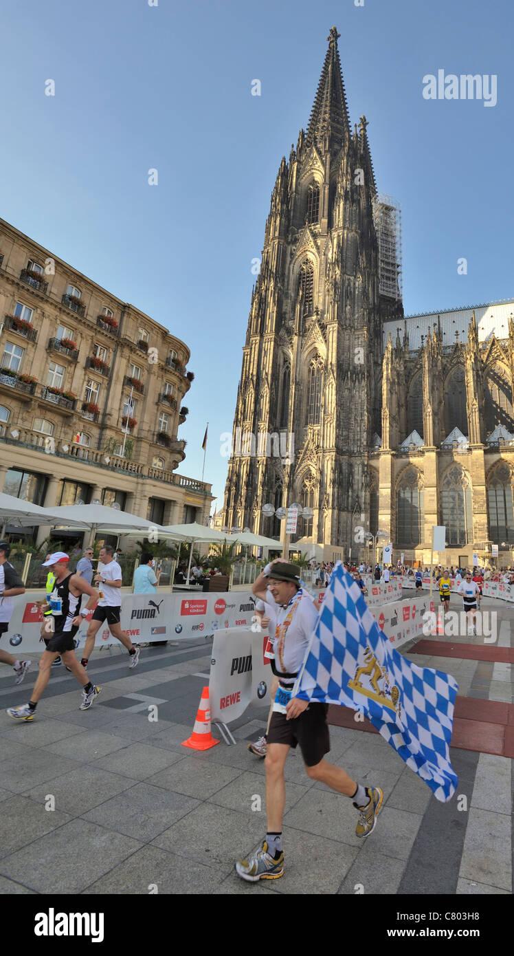 Läufer vor dem Dom beim Köln Marathon - Stock Image