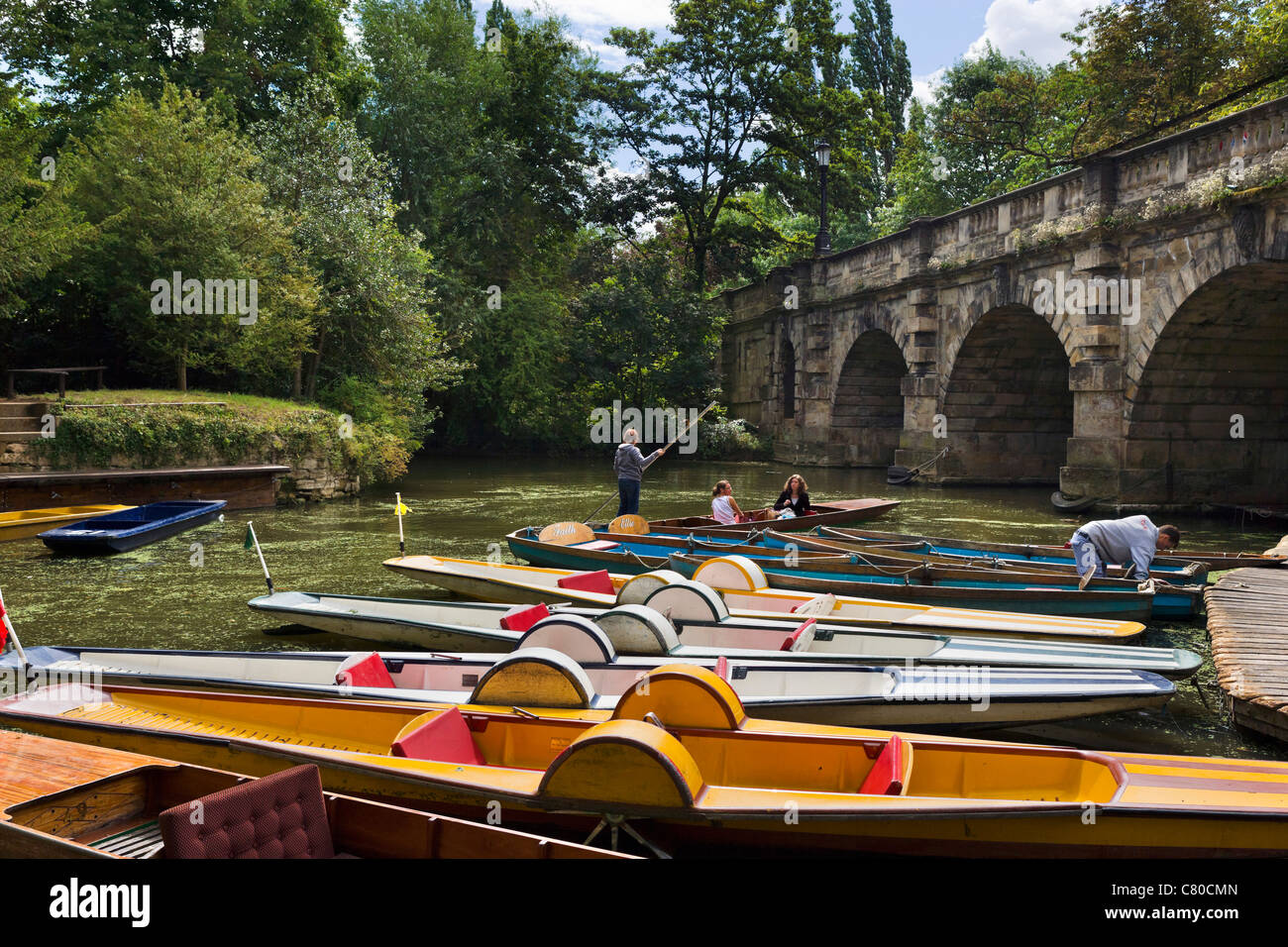 Punts on the River Cherwell underneath Magdalen Bridge, Oxford, Oxfordshire, England, UK - Stock Image