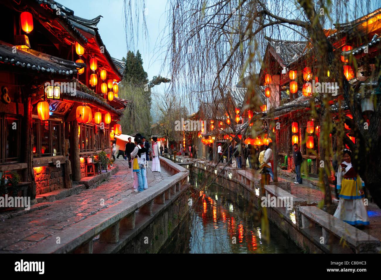 China, Yunnan, Lijiang, the old town at dusk - Stock Image