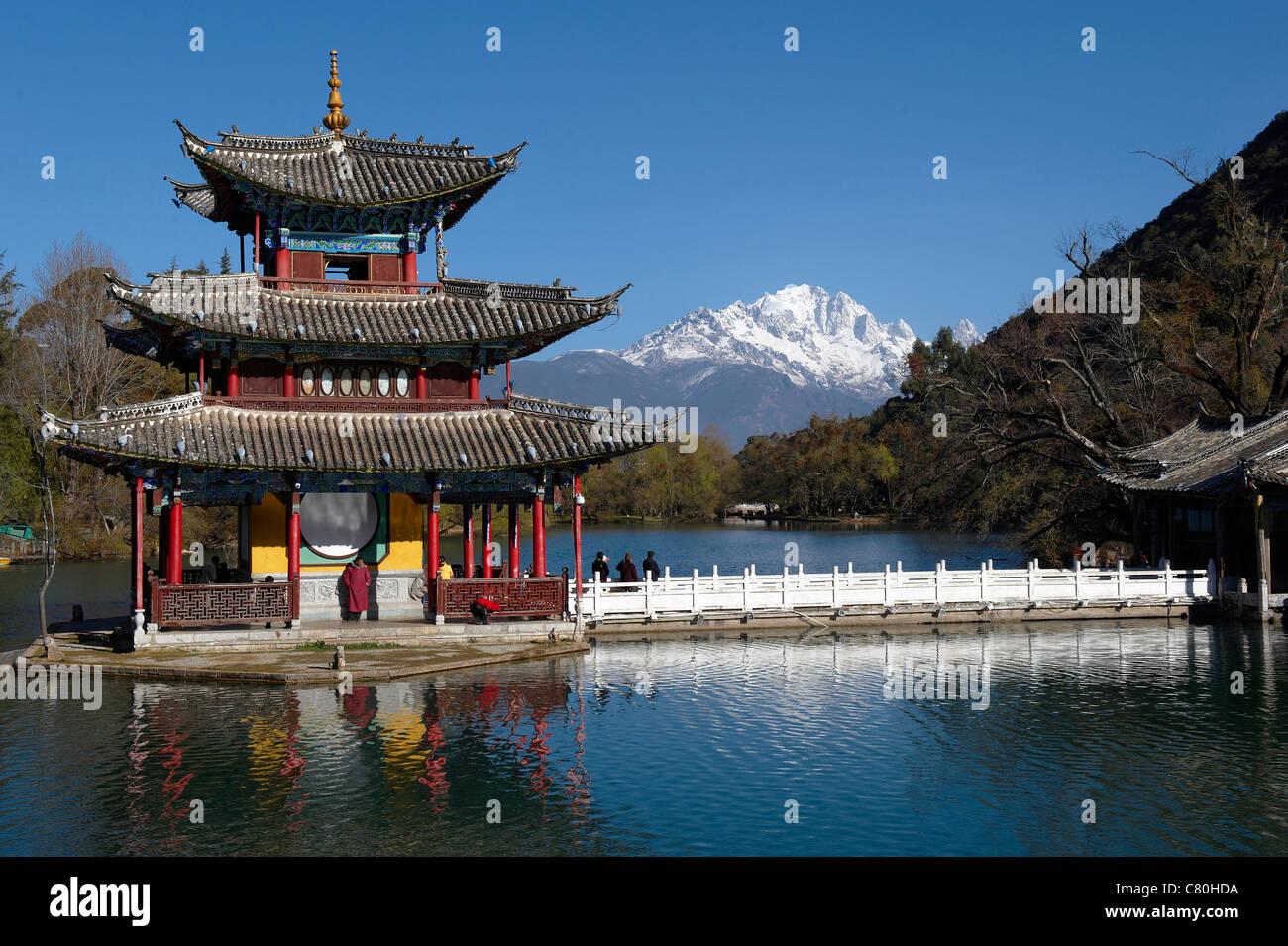 China, Yunnan, Lijiang, Black Dragon pool, background the Jade Dragon snow mountain - Stock Image